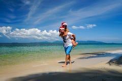 Romantische Paare mit Santa Claus Hats Have Fun auf dem Strand Feiern von Weihnachten und von neuem Jahr im heißen Land stockbild