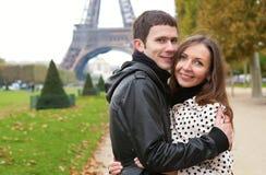 Romantische Paare nähern sich dem Eiffelturm Stockfoto