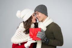 Romantische Paare in Strickjacken mit roter Geschenkbox Lizenzfreie Stockbilder