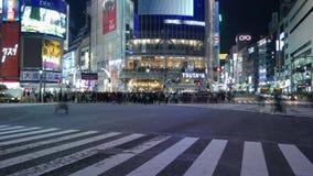Romantische Paare Timelapse, die an Shibuya-Überfahrt, Tokyo, Japan aufwerfen stock video footage