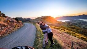 Romantische paarholding elkaar op de reis van de vakantieweg royalty-vrije stock foto