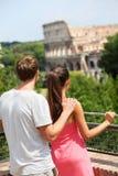 Romantische Paartouristen durch Colosseum, Rom, Italien Lizenzfreies Stockbild