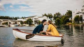 Romantische paarzitting in een boot en het kussen royalty-vrije stock afbeelding