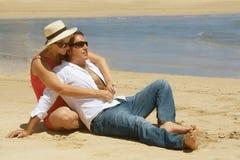 Romantische paarzitting op Stock Fotografie