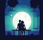 Romantische Paarzitting op Kust onder Maanlicht Royalty-vrije Stock Afbeelding