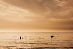 Romantische paren die op overzeese zonsondergang letten royalty-vrije stock fotografie