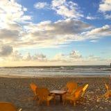 Romantische picknick op een zonnig strand royalty-vrije stock foto's