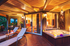 Romantische Plattform auf tropischem Haus mit Badewanne und Kerzen Lizenzfreies Stockfoto