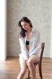 Romantische Porträtfrau im weißen Hemd Stockbilder