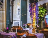 Romantische purpurrote Blumen des leeren Datumsrestaurant-Designs des Bistroabendessens ersten im Freien stockbilder