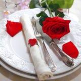 Romantische rote Rosen-Tabellen-Einstellung Stockbilder