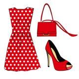 Romantische rote Tupfen kleiden, Schuh und Handtasche auf Weiß an Stockfoto