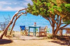 Romantische scène op het strand van Dafni, het eiland van Zakynthos Stock Afbeeldingen