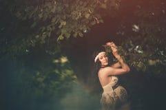 Romantische, schöne schwangere Frau draußen in Stockbilder