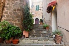 Romantische schmale Straße und Treppe in Montepulciano, Toskana, Italien Stockfotos