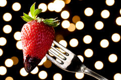 Romantische Schokolade tauchte Erdbeere auf einer Gabel ein Stockbild