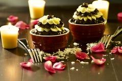 Romantische Schokoladenkleine kuchen lizenzfreie stockfotos