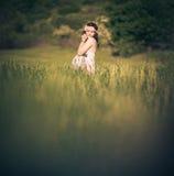 Romantische schwangere Frau draußen, auf dem Gebiet und Lizenzfreie Stockfotos