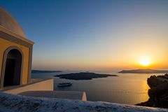 Romantische Sonnenuntergangansicht von Fira, Santorini, Griechenland stockfotografie