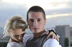 Romantische städtische junge Paare Lizenzfreies Stockbild