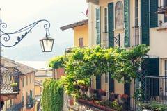 Romantische steeg in oude stad van Bellagio, Meer Como, Italië royalty-vrije stock foto's