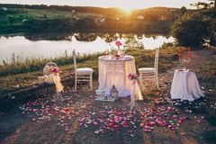 Romantische Tabelle für zwei auf dem Ufer des Sees lizenzfreie stockfotos