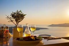 Romantische Tabelle für zwei auf der Insel Santorin stockbild
