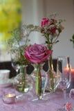 Romantische Tabelle mit Blumen Stockbild