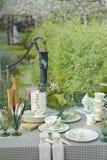 Romantische Tabelleneinstellung im Garten Stockfotos