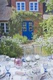 Romantische Tabelleneinstellung im Garten Stockbilder