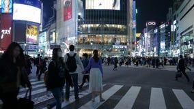 Romantische touristische Paare, die am Shibuya-Straßenschnitt, Tokyo, Japan aufwerfen stock footage