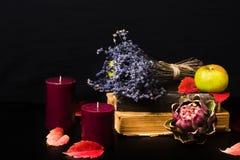 Romantische und mysteriöse Fallzusammensetzung mit Büchern und Kerzen Lizenzfreie Stockbilder