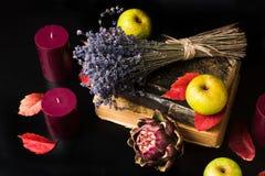 Romantische und mysteriöse Fallzusammensetzung mit Büchern und Kerzen Lizenzfreies Stockfoto