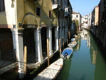 Romantische Venedig-Kanalboote Stockfotos