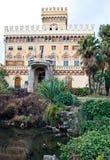 Romantische villa die in de fontein wordt weerspiegeld Royalty-vrije Stock Foto