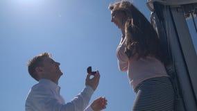 Romantische voorstelscène op jacht stock videobeelden