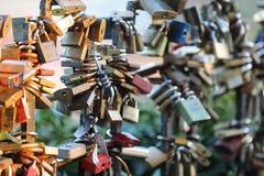 Romantische Vorhängeschlösser lizenzfreie stockfotos