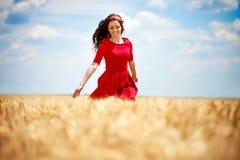 Romantische vrouw die over gebied lopen Stock Foto's