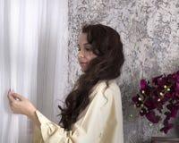Romantische vrouw die zich bij het venster bevinden Royalty-vrije Stock Foto