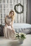 Romantische vrouw in een lange kleding royalty-vrije stock fotografie