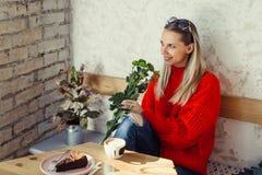 Romantische vrouwen die in koffie zitten royalty-vrije stock foto's