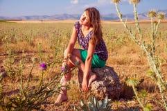 Romantische vrouwenzitting op het gebied, de herfstseizoen Royalty-vrije Stock Foto's