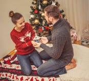 Romantische Weihnachtspaare zu Hause stockbild