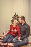 Romantische Weihnachtspaare zu Hause stockfotos