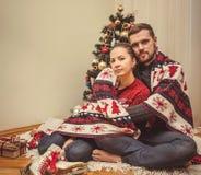 Romantische Weihnachtspaare zu Hause lizenzfreies stockbild