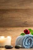 Romantische Wellnessanordnung mit einer brennenden Kerze Lizenzfreie Stockfotos