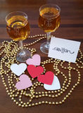 Romantische wijnglazen met decoratieve parels en harten Royalty-vrije Stock Afbeeldingen