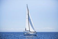 Romantische zeilboot op zee cruise Rijen van luxejachten bij jachthavendok royalty-vrije stock foto