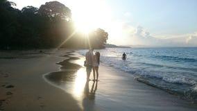 Romantische zonsondergang bij het strand stock foto