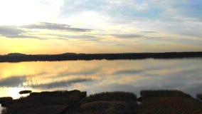 Romantische zonsondergang door het meer stock footage